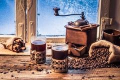 Appréciez votre café chaud dans le jour d'hiver photos libres de droits