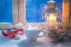 Appréciez votre chocolat savoureux de Noël avec des guimauves photos libres de droits