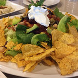 Appréciez votre dîner ! Vue supérieure de nourriture et de boissons sur la table en bois rustique Photo libre de droits