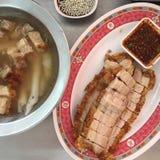 Appréciez votre dîner ! Vue supérieure de nourriture et de boissons sur la table en bois rustique Photos stock