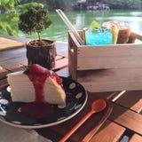 Appréciez votre dîner ! Vue supérieure de nourriture et de boissons sur la table en bois rustique images stock