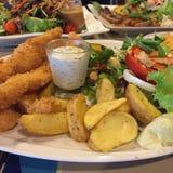 Appréciez votre dîner ! Vue supérieure de nourriture et de boissons sur la table en bois rustique image stock