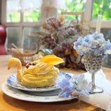 Appréciez votre dîner ! Vue supérieure de nourriture et de boissons sur la table en bois rustique photographie stock