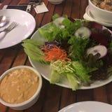 Appréciez votre dîner ! Vue supérieure de nourriture et de boissons sur la table en bois rustique photos libres de droits