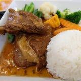 Appréciez votre dîner ! Vue supérieure de nourriture et de boissons sur la table en bois rustique Image libre de droits