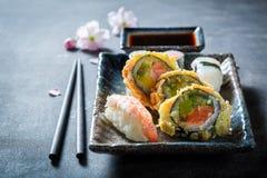 Appréciez votre ensemble de sushi fait de saumons et avocat photo libre de droits