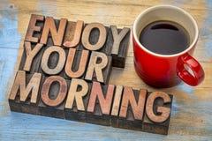 Appréciez votre matin dans le type en bois photographie stock libre de droits