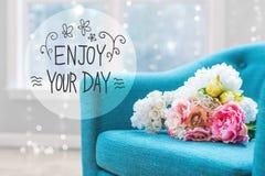 Appréciez votre message de jour avec des bouquets de fleur avec la chaise photos libres de droits
