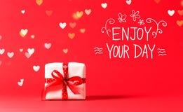 Appréciez votre message de jour avec la boîte actuelle avec des lumières de coeur photographie stock libre de droits