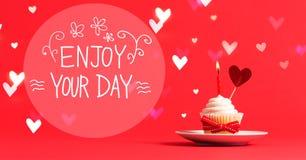Appréciez votre message de jour avec le petit gâteau et le coeur photographie stock libre de droits