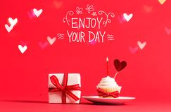 Appréciez votre message de jour avec le petit gâteau et le coeur photo stock