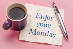 Appréciez votre note de lundi sur la serviette photo stock