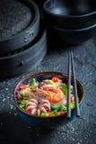 Appréciez votre nouille de fruits de mer avec la crevette rose et le poulpe image stock