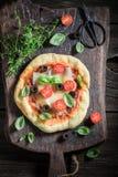 Appréciez votre pizza avec les tomates, le basilic et le fromage photos libres de droits
