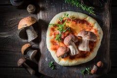 Appréciez votre pizza faite maison avec les champignons sauvages photos stock