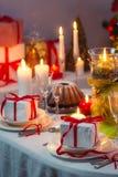 Appréciez votre repas avec la famille à la table de Noël photo stock