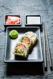 Appréciez votre sain fait de saumons et avocat photographie stock libre de droits