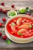 Appréciez votre soupe à fruit avec des cerises, des pommes et la menthe images stock