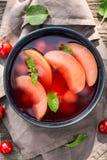 Appréciez votre soupe à fruit dans le jardin chaud d'été photographie stock
