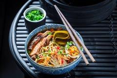 Appréciez votre soupe à Kimchi avec des nervures et des oeufs photos libres de droits