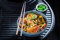 Appréciez votre soupe à Kimchi avec la ciboulette et les nouilles photographie stock