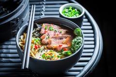 Appréciez votre soupe à Ramen avec la ciboulette et les algues photo stock