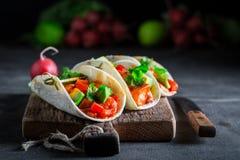 Appréciez votre tacos avec de la sauce épicée et la coriandre fraîche photos libres de droits