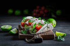 Appréciez votre tacos avec l'avocat et la coriandre fraîche photographie stock libre de droits