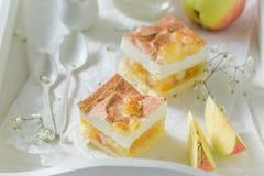 Appréciez votre tarte aux pommes avec de la cannelle et des fruits frais image libre de droits