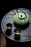 Appréciez votre thé vert sur la table noire photographie stock