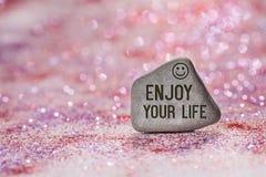 Appréciez votre vie gravent sur la pierre images stock