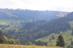 Appréciez votre voyage avec des montagnes de Carpathiens, beauté du village image stock