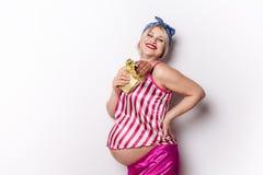 Appr?cier enceinte de femme adulte de manger la barre de chocolat, l'espace de copie La blonde dans l'expectative veulent un cert image libre de droits