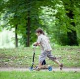 Apprécier équilibrant un scooter Images stock