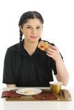 Apprécier un petit déjeuner d'aliments de préparation rapide Images libres de droits