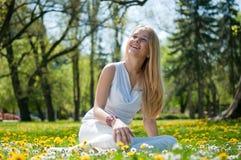 Appréciez la durée - jeune femme heureux Images libres de droits