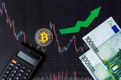 Appreciatie van virtueel geld bitcoin De groene pijl en zilveren Bitcoin op document forex de classificatie van de grafiekindex g royalty-vrije stock afbeelding