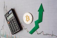 Appreciatie van virtueel geld bitcoin De groene pijl en zilveren Bitcoin op document forex de classificatie van de grafiekindex g stock foto