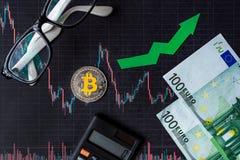 Appreciatie van virtueel geld bitcoin De groene pijl en zilveren Bitcoin op document forex de classificatie van de grafiekindex g stock fotografie