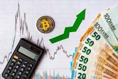 Appreciatie van virtueel geld bitcoin De groene pijl en zilveren Bitcoin op document forex de classificatie van de grafiekindex g royalty-vrije stock fotografie
