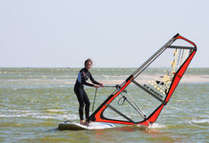 Apprenant à surfer à l'école de ressac, sur la mer d'Azov dans la ville du territoire de Yeisk Krasnodar, le 14 septembre 2014 Images stock