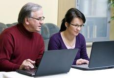 Apprenant comment utiliser l'ordinateur portatif Images libres de droits