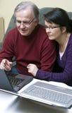 Apprenant comment utiliser l'ordinateur portatif Photographie stock libre de droits
