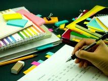Apprenant de nouveaux mots d'écriture de langue beaucoup de fois sur le carnet ; Photographie stock libre de droits