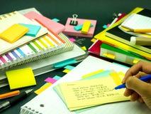 Apprenant de nouveaux mots d'écriture de langue beaucoup de fois sur le carnet ; Photos stock