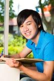 Apprendimento asiatico del libro o del manuale di lettura dello studente Immagini Stock Libere da Diritti