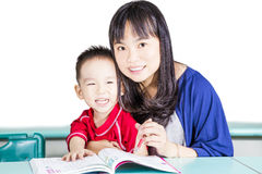 Apprendimento astuto della madre e del bambino allegro Fotografia Stock