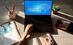 Apprendimento automatico, intelligenza artificiale e concetto astuto di tecnologia sullo schermo del dispositivo immagini stock libere da diritti