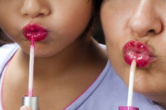 Apprendimento d'istruzione del rossetto della figlia della madre Immagini Stock Libere da Diritti