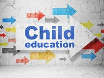 Apprendimento del concetto: freccia con istruzione del bambino sul fondo della parete di lerciume Immagini Stock